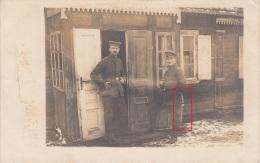 Photocarte Allemande- Militaire Soldat Allemand Devant Abris Maison,BAÏONNETTE  ,  Pose Photo    (guerre 14-18) - Guerre 1914-18