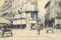 AGEN 399 CPA  AGEN   Boulevard De La République Et Rue Grande Horloge   Animation    Belle Carte - Agen