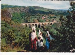 NORMANDIE Viaduc Et Rochers Des Parcs à Clécy, Groupe Folklorique De Pont D'Ouilly (14), Cauchoises, Blaudes Et Coëffes - Costumes