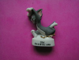 Feve En Porcelaine Filet Or CHAT ♥ TOM - En Course ♥ Serie TOM ET JERRY MILLENIUM 2007 ( FEVES ) - Dessins Animés