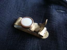 Pince à Cravate , Motif  Bouton Nacré Blanc . Voir Photos. - Boutons De Col /de Manchettes