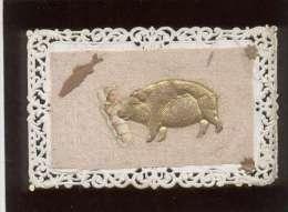 1er Avril Cochon Doré Tenant Un Bébé , Sur Carte Dentelée & Tissu , Imperfections Sur Les Bords - Cochons