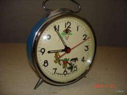 REVEIL AUTOMATE  LAPIN ( LA TETE DU LAPIN  BOUGE  )PEINTURE  D'ORIGINE    BLEU FONCTIONNE TRES BON ETAT - Alarm Clocks