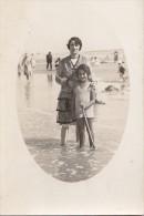 Enfants - Carte-Photo -  Bains De Mer  Plage  - Fillette Et Sa Mère - Groupes D'enfants & Familles