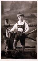 Hübsche Grusskarte, Bub Knabe In Lederhose, Fotokarte Nicht Gelaufen Um 1930 - Kinder
