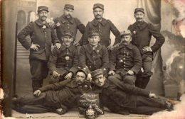 CARTE PHOTO MILITAIRE GUERRE 14 18 . SOLDATS DU 1ER REG ? POSANT AVEC UN CASQUE A POINTE - Guerre 1914-18