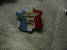 Pin´s Keck Chimie Fabricant De Produits Chimiques Dans L'industrie Du Cuir à Ingwiller (Dept 67) - Badges