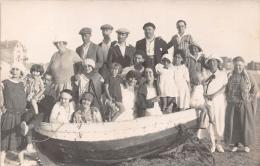 ��  -  Carte Photo non Situ�e  -  Groupe de Personnes sur le Sable et dans une Barque  -  Bateau  -  ��