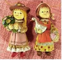 2 Hartkunststoff-Figuren Aus Den 1970er Jahren  -   Mädchen Mit Gans Und Blumenstrauß - Action- Und Spielfiguren