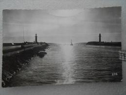 CP 30 LE GRAU DU ROI  Sortie Du Canal , Le Phare ,  La Jetée Avec  Pêcheur à A Ligne 1961 - Le Grau-du-Roi