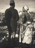 14745g CONGO BELGE - LUBUMBASHI - 1956 - MARCHE MATINAL - Militaire En Uniforme - Elégance Locale - 23x29.5cm - Africa