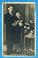Carte Photo, Couple Avec Des Fleurs, Vierge - Personnes Anonymes