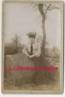 Joli Cliché En 1904-femme-mode-chapeau-a Ppuyée Sur Une Pierre Ronde Et Lisse-souvenir D´un Voyage à Argentan - Fotos