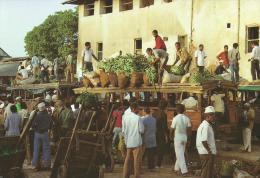 ZANZIBAR - UNLOADING OF FRUITS OUSTSIDE MARKET - Tanzanie