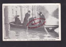 ►J768 - PARIS Inondé - Janvier 1910 - Mr De Lesseps Et La Baronne Delagrange Traversant L'avenue Montaigne - Paris Flood, 1910