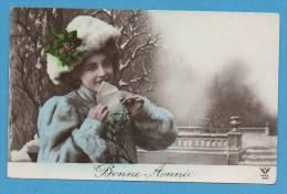 Bonne Année   Femme  Cachetant Une Lettre    Dans Paysage Enneigé - New Year