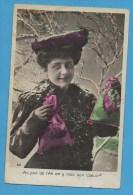 Bonne Année   Femme Avec Cadeaux  Dans Paysage Enneigé - Neujahr