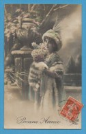 Bonne Année   Femme   Avec Fourrure Dans Paysage Enneigé - Nouvel An
