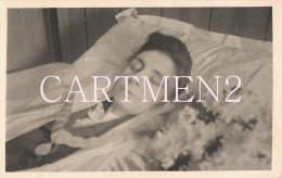 CARTE PHOTO POST-MORTEM FEMME DANS SON LIT DE MORT MORTUAIRE - Photographie