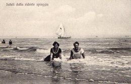 [DC7373] SALUTI DALLA RIDENTE SPIAGGIA - Old Postcard - Italia