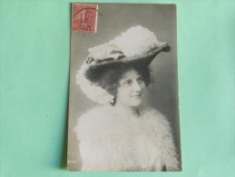 Femme Au Grand Chapeau - Femmes