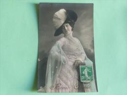 Femme Au Chapeau à Plumes - Femmes