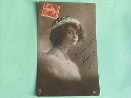 Jeune Femme Avec Une Fourrure , Un Collier De Perle Et Une Coiffe Verte - Femmes