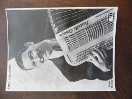 Photo Originale Dédicacée Et Autographiée Par L'accordéoniste Emile Prud'homme.Disque Odéon. 17 X 23 - Autographes