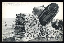 Cpa Militaria Char D' Assaut Franchissant Un Mur  Devant L' Infanterie    ROSC1 - Ausrüstung