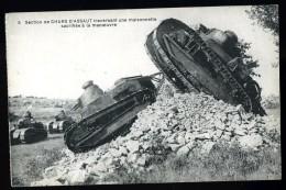 Cpa Militaria  Char D´ Assaut  Traversant Une Maisonnette Sacrifiée à La Manoeuvre     ROSC1 - Equipment