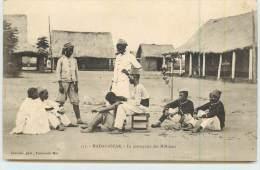 MADAGASCAR  - Le Perruquier Des Miliciens. - Madagascar