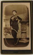 CDV, Photographe Deton-Cornand à Mons/Charleroi- Enfant, Garçon Et Son Cerceau - Anciennes (Av. 1900)