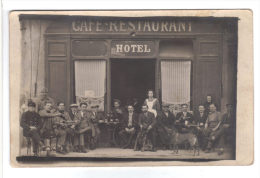 43.- A Localiser :43 . DESGES ? Café-Restaurant-Hôtel. 16 Clients Et Une Serveuse, (tables ,bouteilles,chien - Photographie