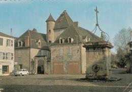 BRETENOUX (46)  PLACE DES CONSULS - AU FOND LA MAIRIE - AU PREMIER PLAN LA POMPE - Bretenoux