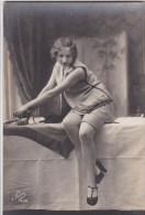 CPA  FEMME Repassage  FER à Repasser  Coquine Attitude Provocante Sur La Table   CUISSES  BAS - Fine Nudes (adults < 1960)