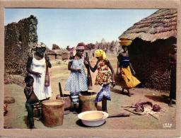 AFRIQUE EN COULEURS - CPM - 4055 - PREPARATION DU REPAS - FEMME - éditeur HOA-QUI - Postcards