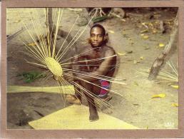 AFRIQUE EN COULEURS - CPM - 8231 - FABRICATION DES PANIERS EN VANNERIE - éditeur IRIS - Postcards