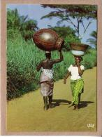 AFRIQUE EN COULEURS - CPM - 7373 - RENCONTRE SUR LA ROUTE - FEMME - éditeur IRIS - Postcards