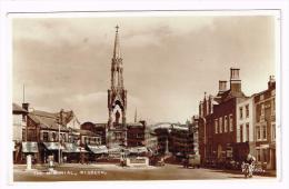 I1058 Wisbech The Memorial - Auto Cars Voitures / Viaggiata 1956 - Inghilterra