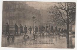 @ CPA INONDATIONS DE PARIS, CRUE DE LA SEINE, AVENUE DE MONTAIGNE, UNE PASSERELLE TRES ANIMEE, PARIS 75 - Inondations De 1910