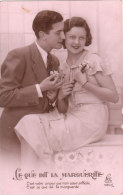 Carte Postale Ancienne Fantaisie - Fleurs - Couple - Amoureux - Ce Que Dit La Marguerite - Fantaisies