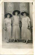 Carte Photo Non Localisée - Trois Dames Bien Habillées Et Trois Mêmes Chapeaux - Cartes Postales