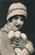 FEMMES - FRAU - LADY - Jolie Carte Fantaisie Portrait Jeune Femme Avec Boules De Neige Et Bonnet - Women
