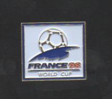 PINS PIN´S FOOT FOOTBALL  MONDIAL FRANCE 98  COUPE DU MONDE 2,2 X 2 CMS METAL - Fútbol
