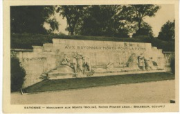 CP  DP  64 Bayonne  Le Monument Aux Morts - Bayonne