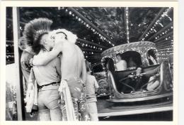 Couple De Punk S´ Embrassant à La Fete Foraine, Coiffure, Amour, Photographe: Philip Thomas (13-4589) - Couples