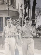 MILITARIA Photo Carte Postale 1945 Nice :2 Militaires Se Provenant Avec Leur Barda En été -- Voitures Automobiles - Guerre, Militaire