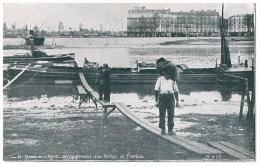Cpa: 75 PARIS Berges De La Seine, Déchargement D'un Bateau De Charbon (Métier, Péniche) N° 33 - Die Seine Und Ihre Ufer