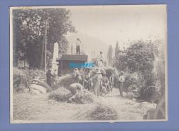 Photo Ancienne - Lieu à Identifier - Belle Scène De Battage Prés D'un Monument Aux Morts - Agriculture Moisson Batteuse - Métiers