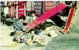 Guatemala. Indigenas Tejiendo. - Guatemala